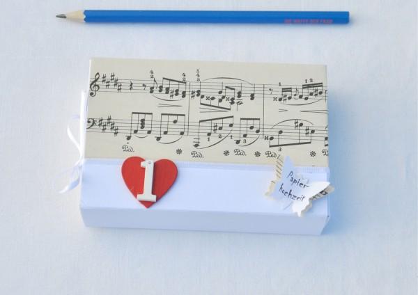 1 Hochzeitstag Papierhochzeit Geschenkschachtel Noten 1