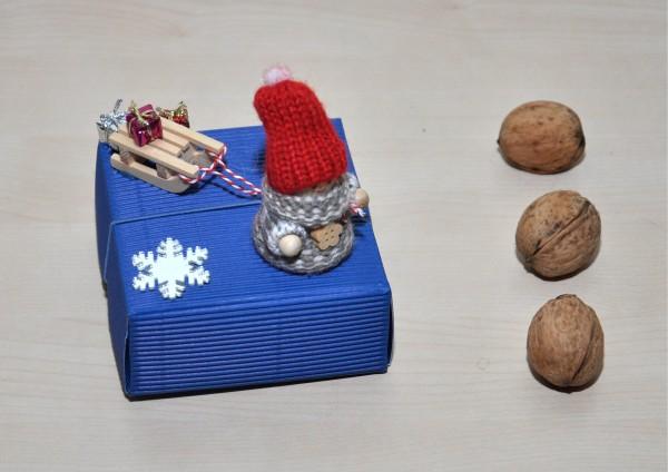 Geschenkbox aus Wellpappe BLAU - Wichteljunge mit Schlitten