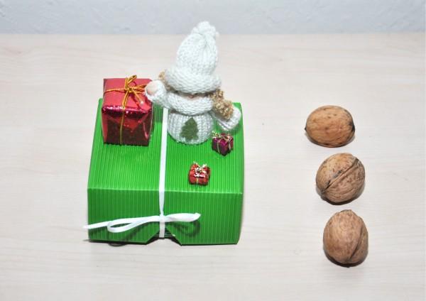 Geschenkbox aus Wellpappe GRÜN - Engel mit Mütze und Paket