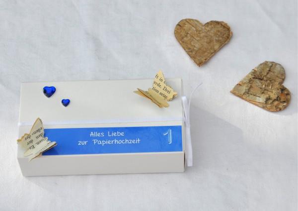 1. Hochzeitstag Papierhochzeit - Geschenkschachtel weiß / hellblau 2 Herzen