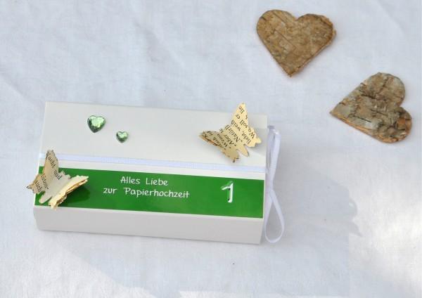 1. Hochzeitstag Papierhochzeit - Geschenkschachtel weiß / grün 2 Herzen