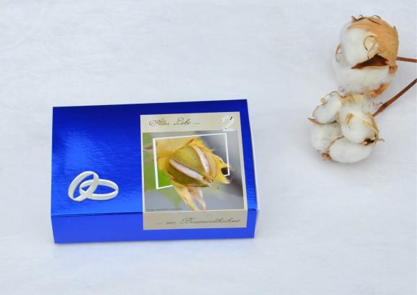 2. Hochzeitstag Baumwollhochzeit - blaue Geschenkschachtel mit spiegelnden Ringen