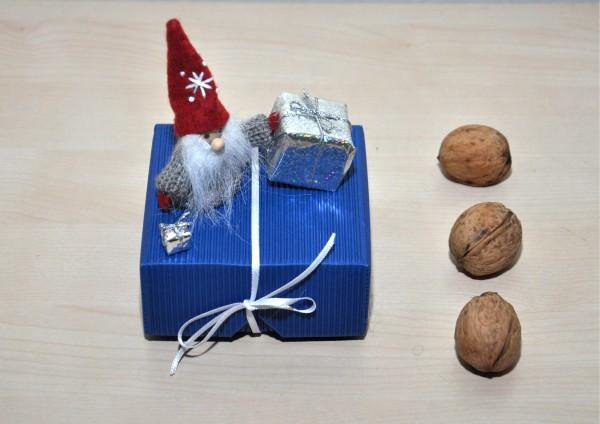 Geschenkbox aus Wellpappe BLAU - Kobold mit Paket