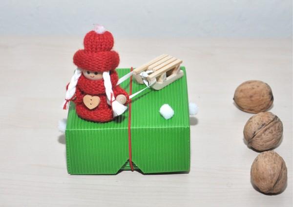 Geschenkbox aus Wellpappe GRÜN - Wichtelmädchen mit Schlitten